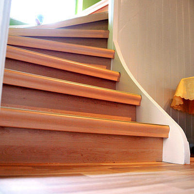 Treppen Sani - Treppensanierung Treppenrenovierung eines Eingangsbereichs nachher - Unterschied Vinyl Laminat