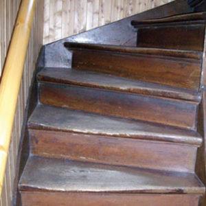 Treppenrenovierung Treppensanierungalte_Holztreppe ausgetreten vorher