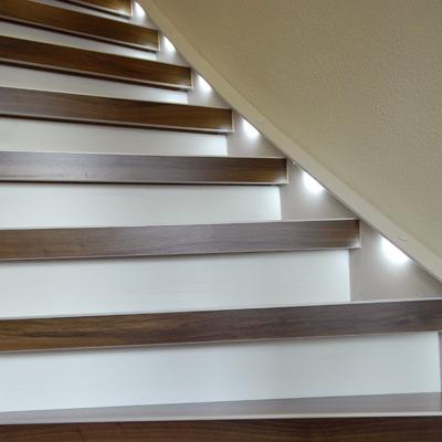 Treppenrenovierung Treppensanierung einer Treppe mit Lichtspots nachher
