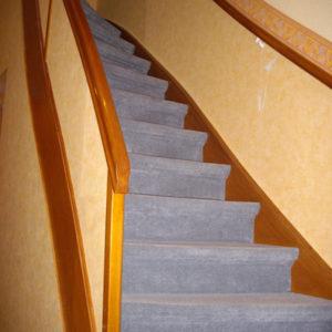 Treppenrenovierung Treppensanierung einer Treppe mit Lichtspots vorher